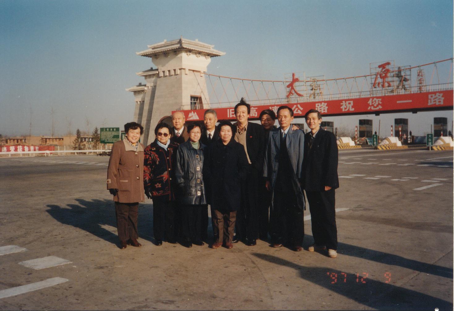杨珊珊(左前四)与归侨侨眷参观太旧高速公路.JPG