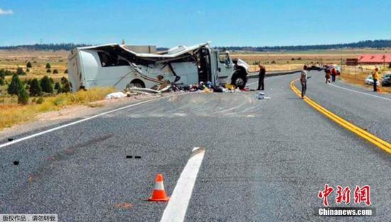 当地时间2019年9月20日,一辆载有中国游客的大巴车当地时间20日在美国犹他州南部的布莱斯峡谷国家公园附近发生严重车祸,造成至少4人死亡,多人重伤。据美国有线电视新闻网的消息,车祸发生在加菲尔德县境内12号高速公路的休息处附近。加菲尔德县警长办公室在一份声明中说,当大巴偏离公路撞上护栏时,车上有包括驾驶员在内30人。