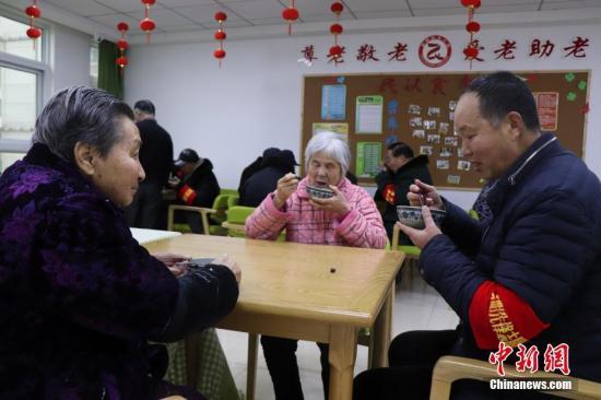 资料图为:志愿者为社区养老院送腊八粥。<a target='_blank' href='http://www.chinanews.com/'>中新社</a>发 余秀娟 摄