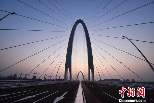 9月29日,长安街西延道路工程新首钢大桥全面建成通车。 张可为 摄