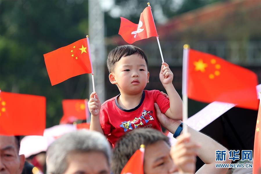 """(图文互动)(2)""""我和我的祖国,一刻也不能分割""""——解放军驻香港部队与市民共同庆祝国庆70周年见闻"""