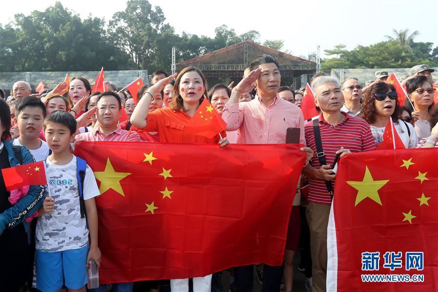 """(图文互动)(1)""""我和我的祖国,一刻也不能分割""""——解放军驻香港部队与市民共同庆祝国庆70周年见闻"""
