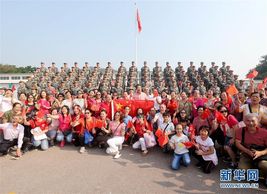 """(图文互动)(4)""""我和我的祖国,一刻也不能分割""""——解放军驻香港部队与市民共同庆祝国庆70周年见闻"""