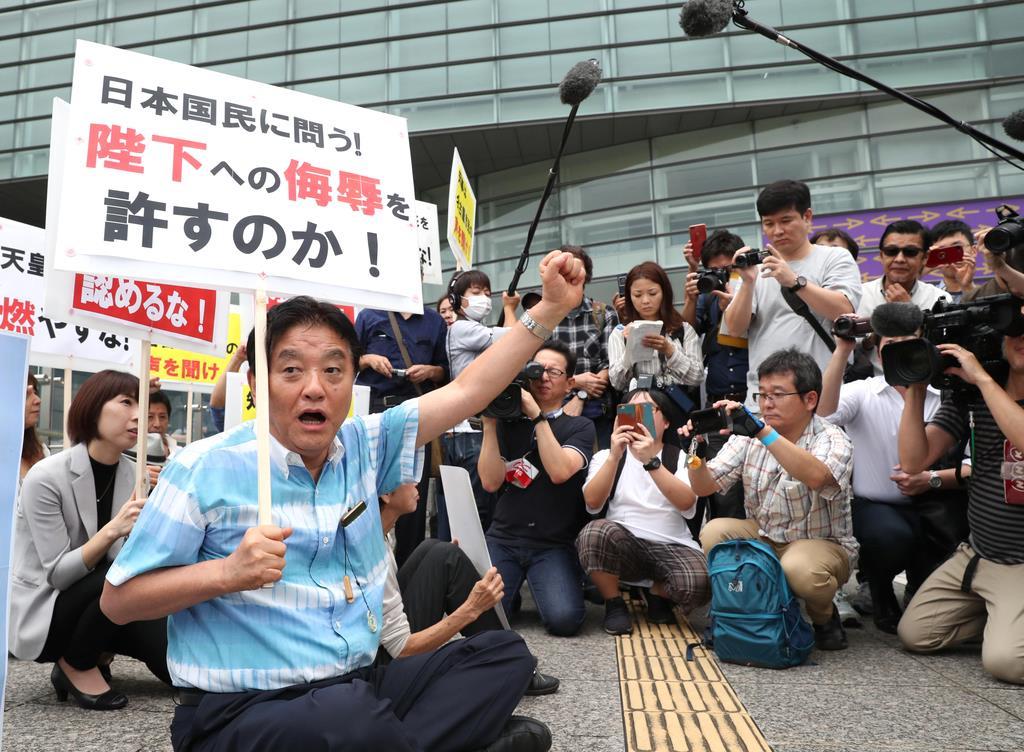 席地而坐喊口号 日本市长为阻止艺术展举办煞费苦心