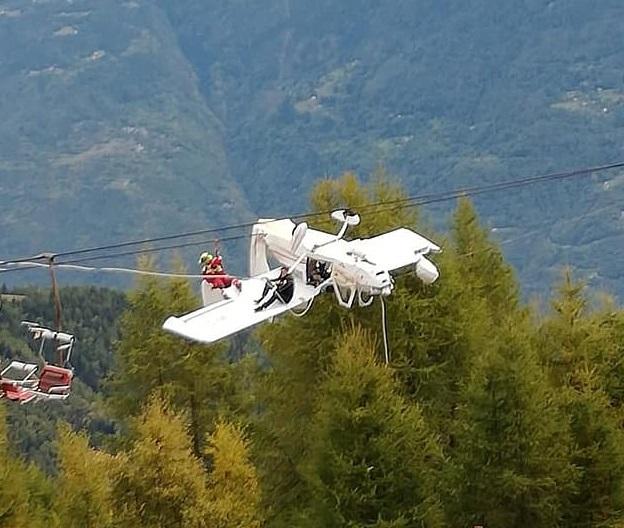 命悬一线!飞机突坠阿尔卑斯山 180度翻转倒挂电缆间