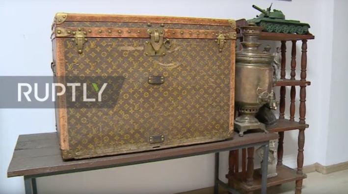 农户用LV行李箱装鸡饲料不知价值连城 已成为博物馆展品