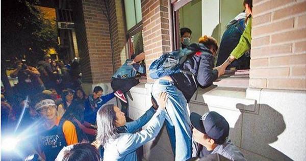 台警被判赔太阳花百万 各界痛批:司法屈服于政治