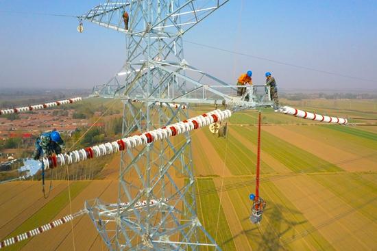 50米高塔顶上的工人.jpg