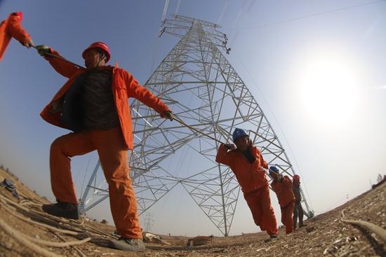 工人正在协助塔顶作业.jpg