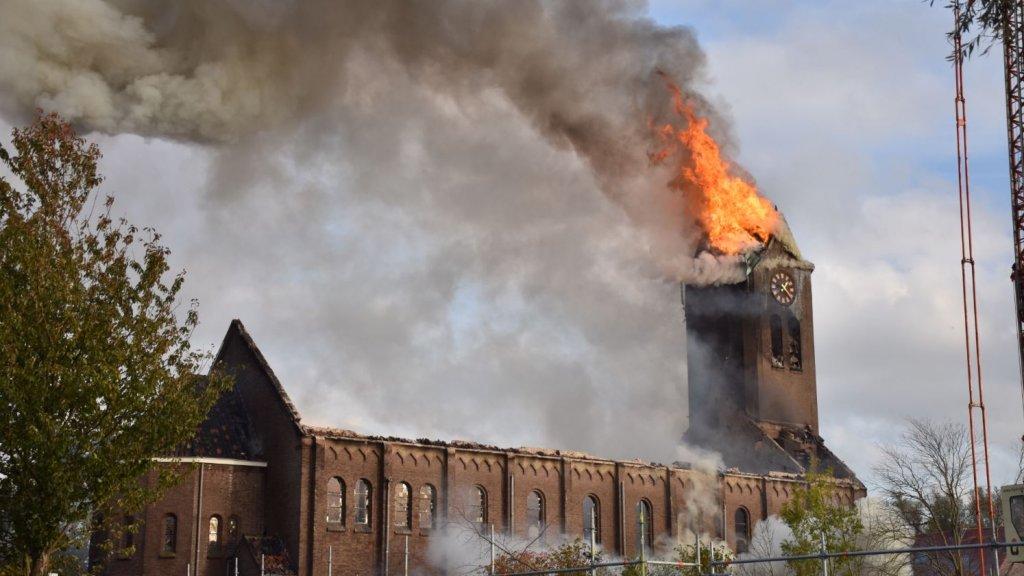 巴黎圣母院悲剧重演!荷兰百年教堂失火 塔尖倒塌