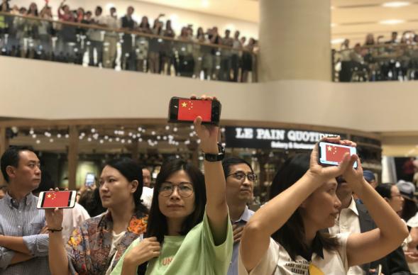 """香港市民在太古广场中庭""""快闪""""唱国歌。(来源:橙新闻).png"""