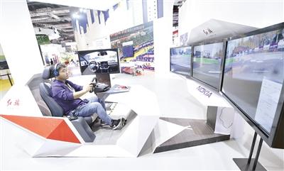 11月5日,工作人员在第二届进博会上演示红旗汽车与诺基亚公司联合开发的5G远程驾驶技术。记者 王鹏 摄.jpg