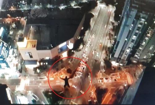 俄罗斯人跳下海云台区高楼的一幕 社交网站截图(图片严禁转载复制)