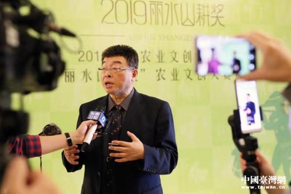 台湾政治评论家邱毅接受媒体采访。(中国台湾网发)