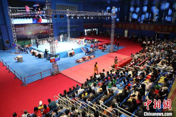白沙黎族自治县以体育赛事促旅游开发,图为全国性女子拳击赛事。 吴峰 摄