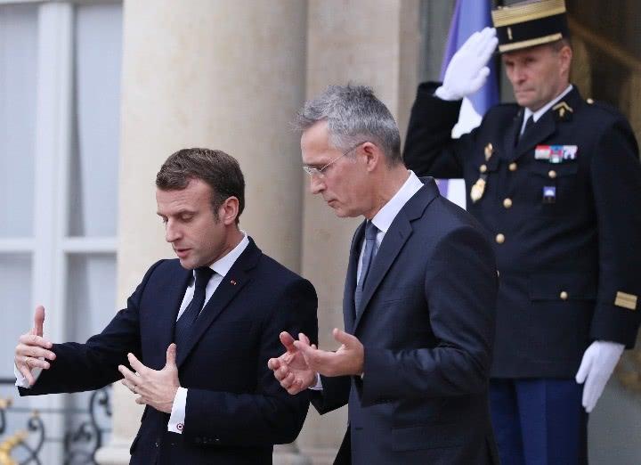 11月28日,在法国巴黎总统府爱丽舍宫,法国总统马克龙(左)与来访的北约秘书长斯托尔滕贝格交谈。新华社记者高静摄.jpg