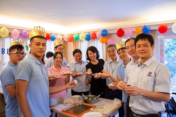 海外员工一起包饺子欢度佳节(张锋摄).jpg