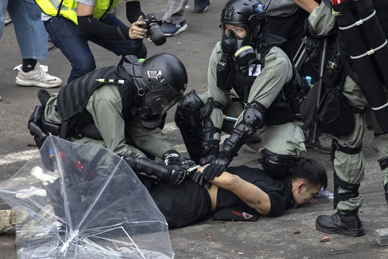 香港警方拘捕暴力示威者(图源:橙新闻).jpg