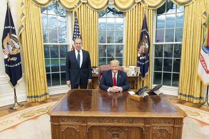 当地时间10日,美国总统特朗普(右)与俄罗斯外长拉夫罗夫在华盛顿会面。(图片来源:推特)