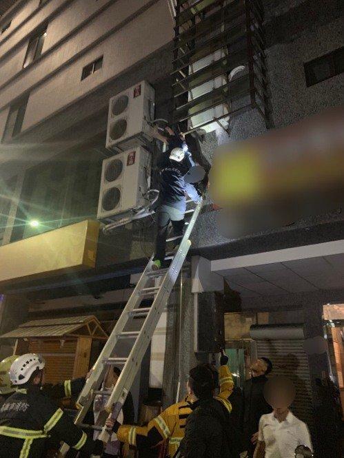 台湾一醉酒女子倒挂楼外铁架坠楼前及时获救(图)