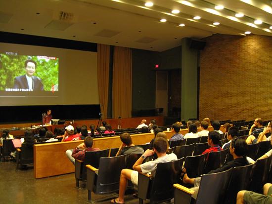 (图1)王岳川在美国南卡大学讲演.jpg