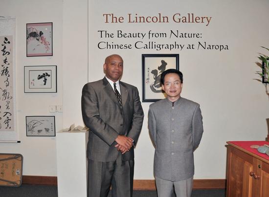 (图3)美国丹佛大学举办书法展,罗德校长王岳川教授参观.jpg