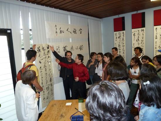 (图6)王岳川在哥斯达黎加美术学院写草书李白《望庐山瀑布》.jpg