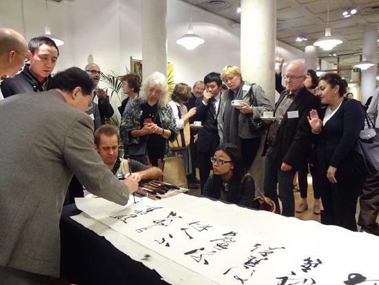 11王岳川在伦敦大学给专家教师写书法.jpg