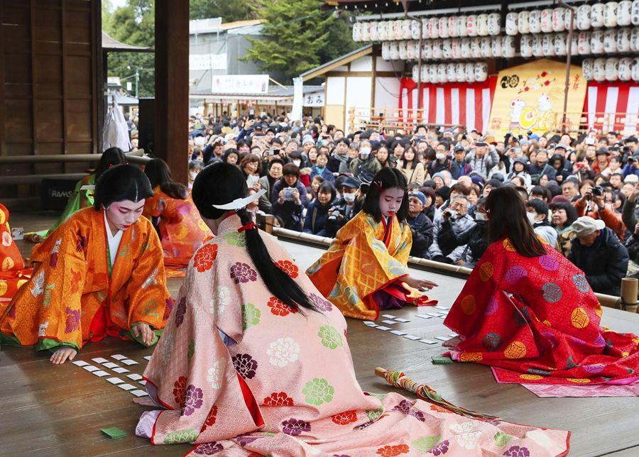 日本京都举办新年和歌纸牌大赛 选手着古装参赛