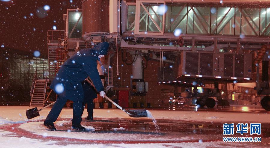 天津滨海国际机场工作人员连夜除雪保出行