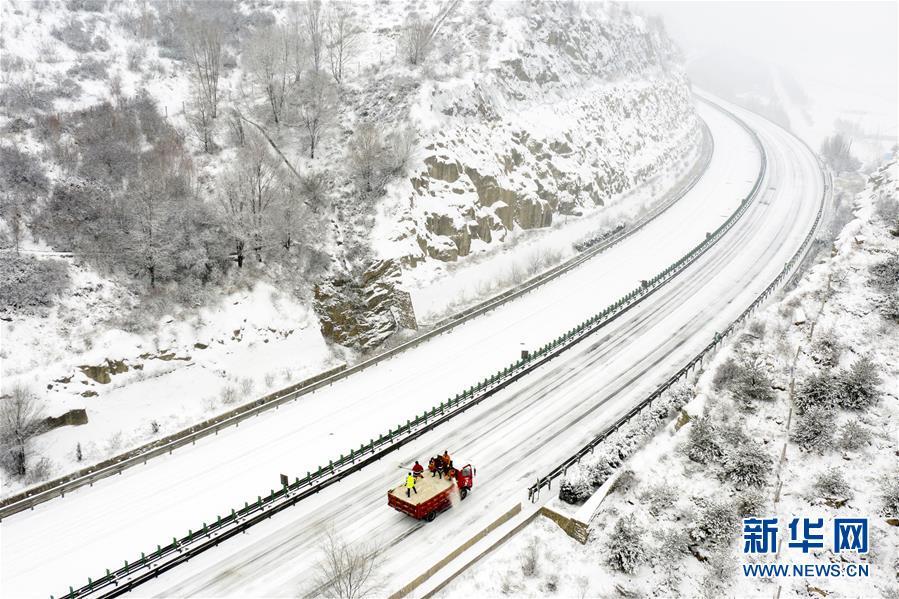 山西吕梁:高速除雪保畅通