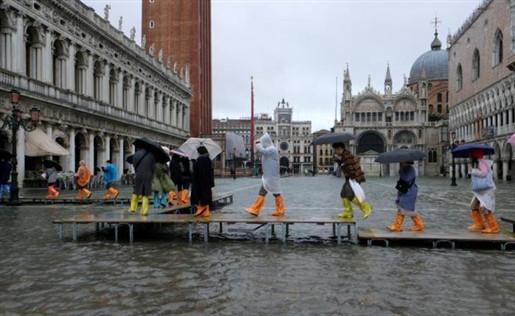 拒绝大游船!威尼斯数百民众乘坐小船发起抗议_意大利新闻_意大利中文网