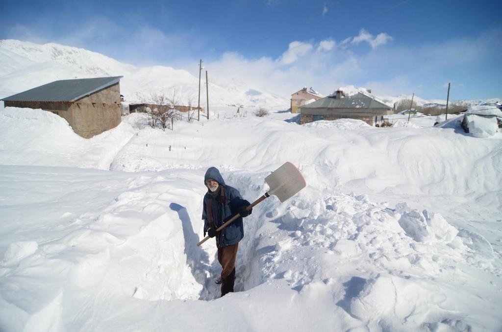 土耳其中西部强降雪 找汽车要靠挖