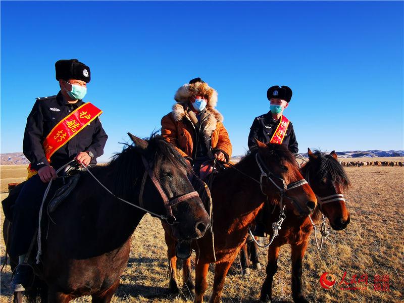 新疆吉木乃:牧民转场忙 民警保平安(组图)