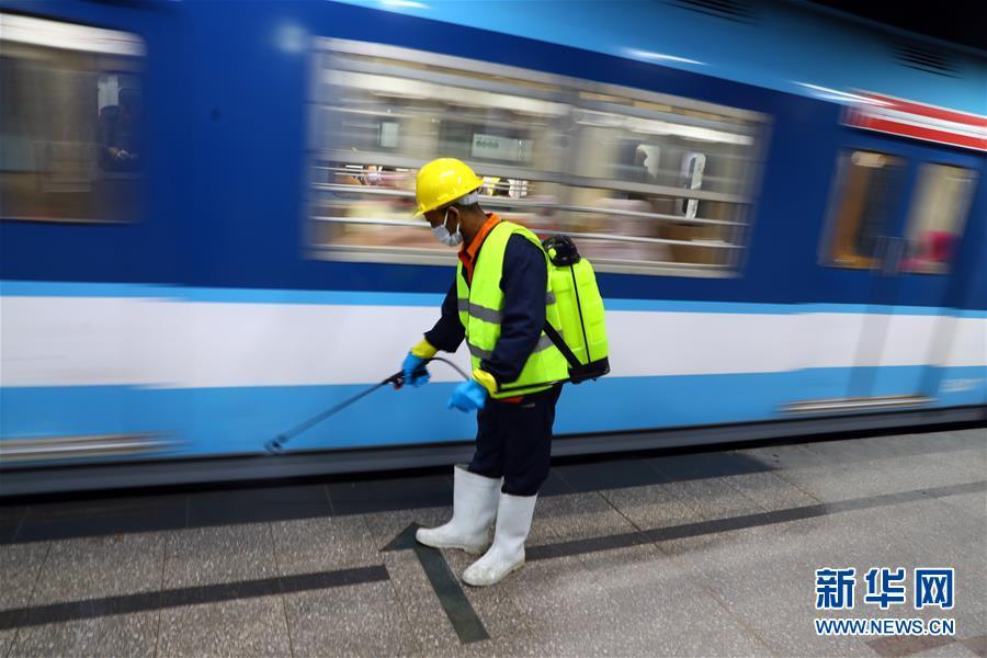 为防范疫情 开罗地铁进行消毒