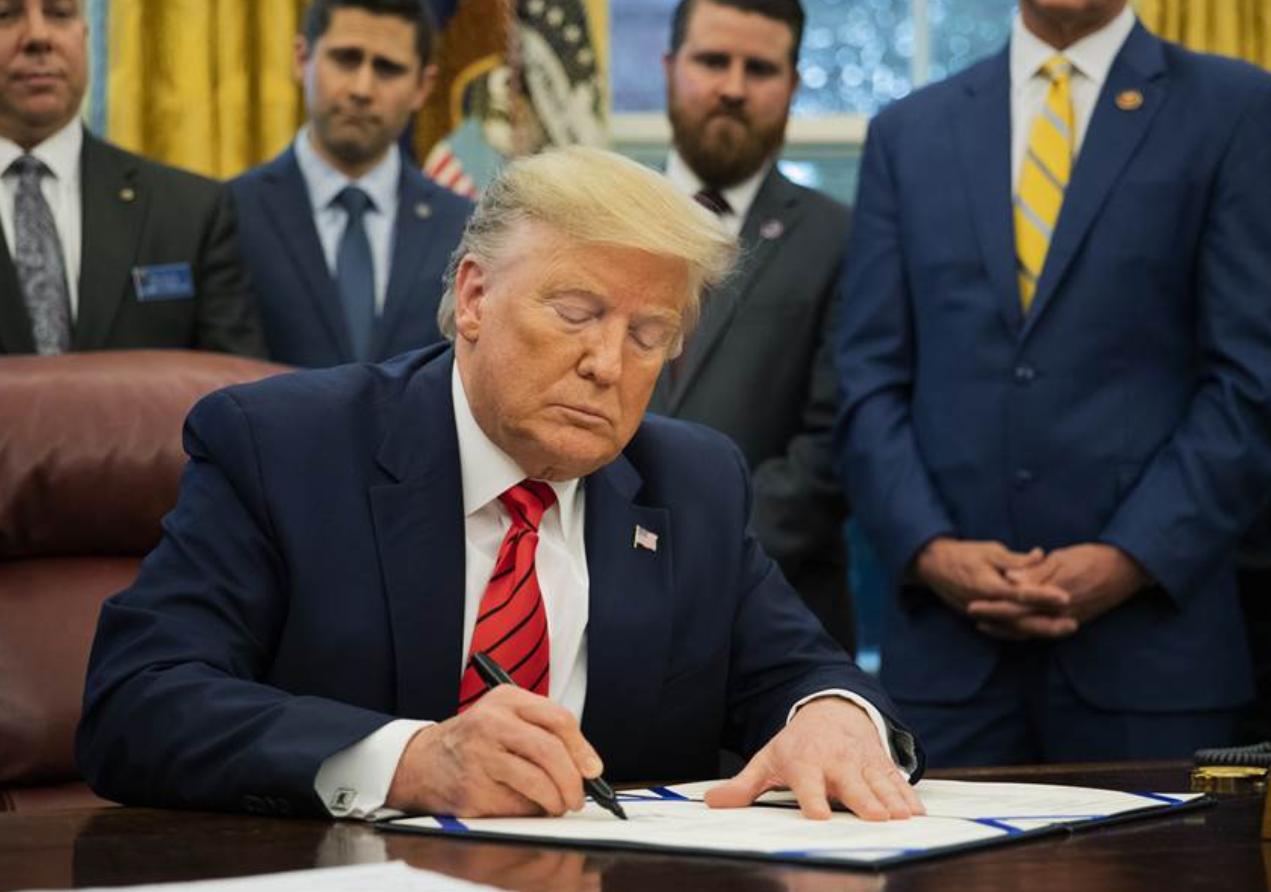"""特朗普签署所谓""""台北法案"""" 岛内网友嗤之以鼻:骗钱老招数"""