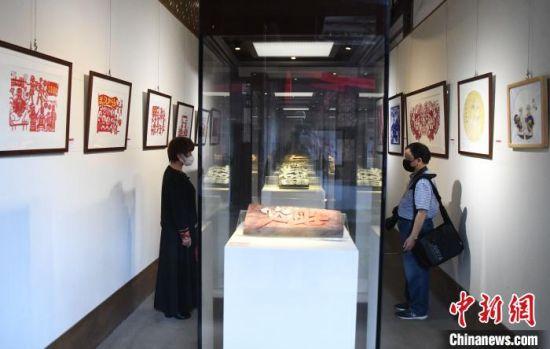 """此次展览近百件参展作品,均为福建非遗传承人围绕""""战疫""""题材的用心之作。 记者刘可耕 摄"""