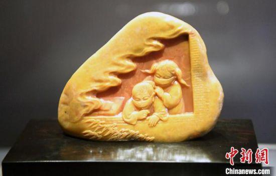 由中国工艺美术大师郑幼林创作的寿山石雕作品《人间有爱》。 记者刘可耕 摄