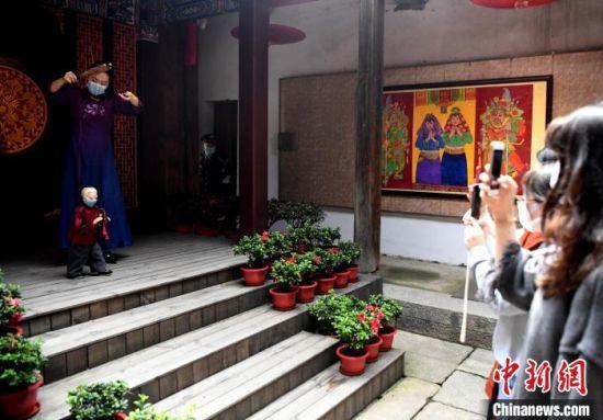 泉州市提线木偶戏传承保护中心青年演员蔡思雅表演提线木偶戏。 记者刘可耕 摄