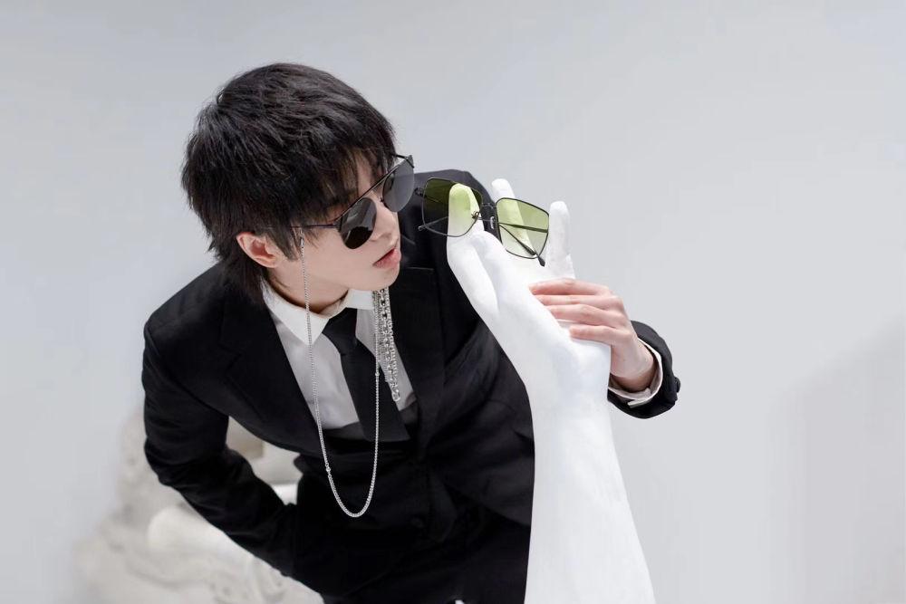 华晨宇身着黑色西装 简约而帅气