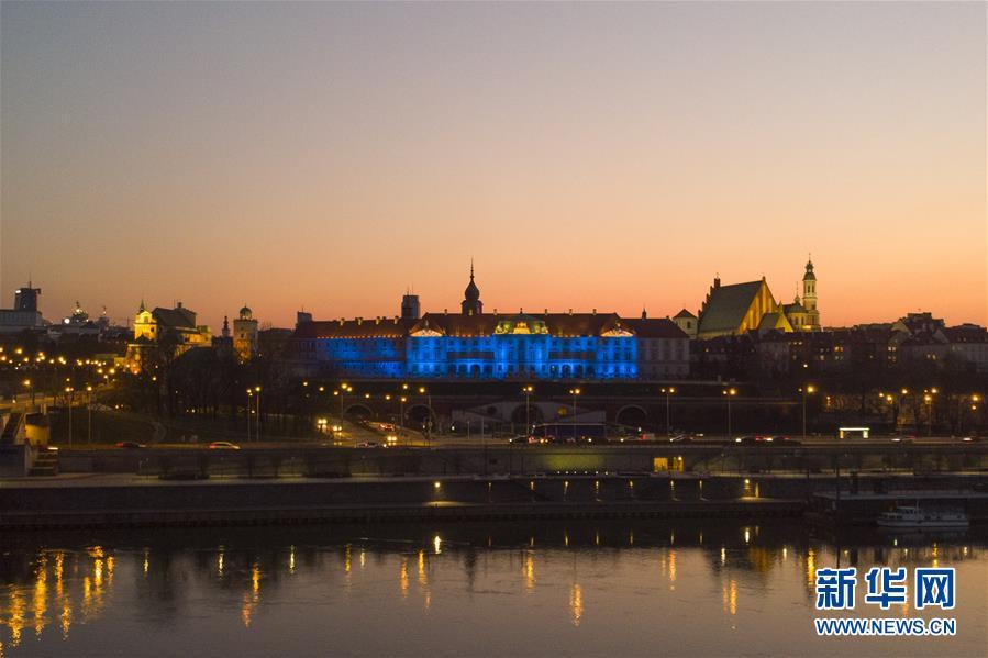 波兰华沙:亮灯致敬医护人员