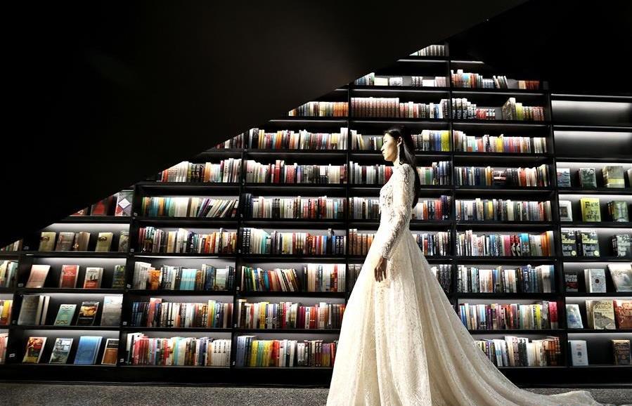 书店内的时装秀