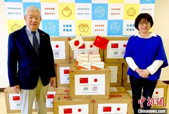 日本伊达市日中友好协会会长大越郁夫(左)和伊达市日中友好协会常务理事柯玲娜(右)在漳州市回赠的防疫物资前合影。柯玲娜 供图