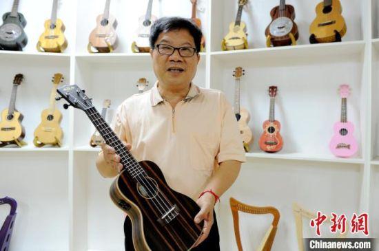 钰丰乐器(福建)有限公司董事长、台商陈永茂介绍他在大陆的创业故事。 张金川 摄