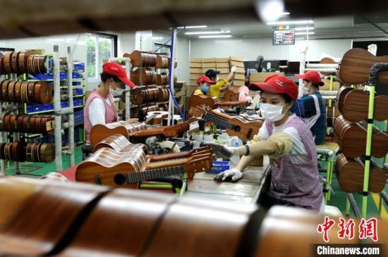 工人在尤克里里生产线上忙碌。 张金川 摄