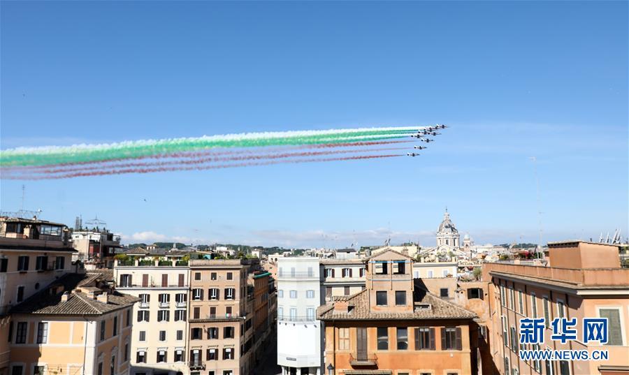 """意大利""""三色箭""""飞行表演队飞越罗马"""