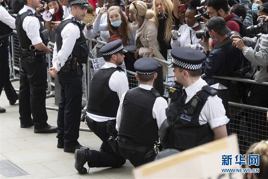 英国伦敦举行示威活动抗议美国警察执法失当