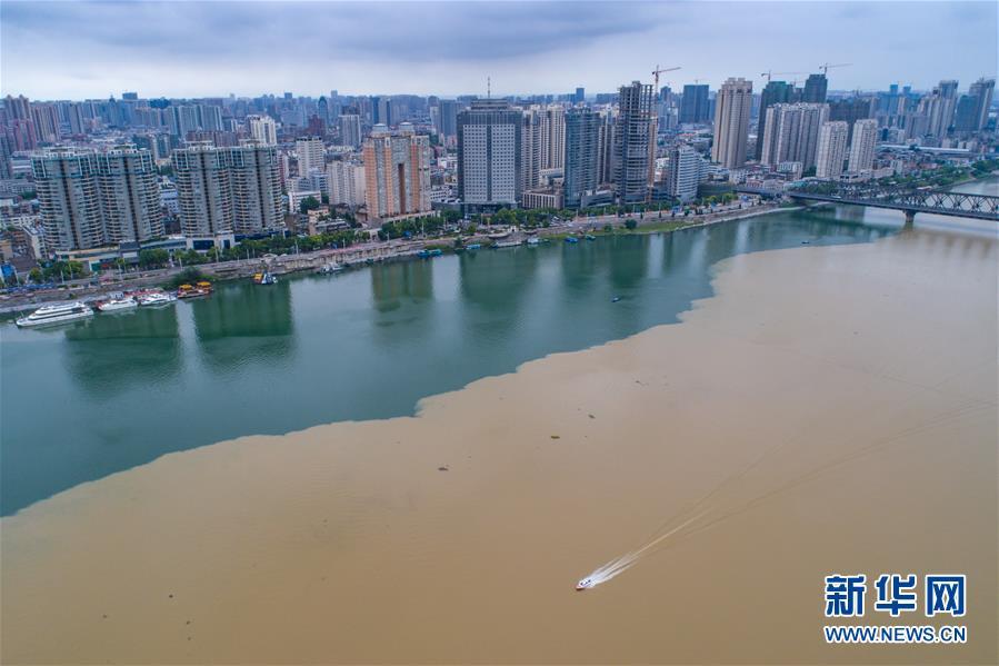 """湖北襄阳:雨后汉江""""泾渭分明"""""""