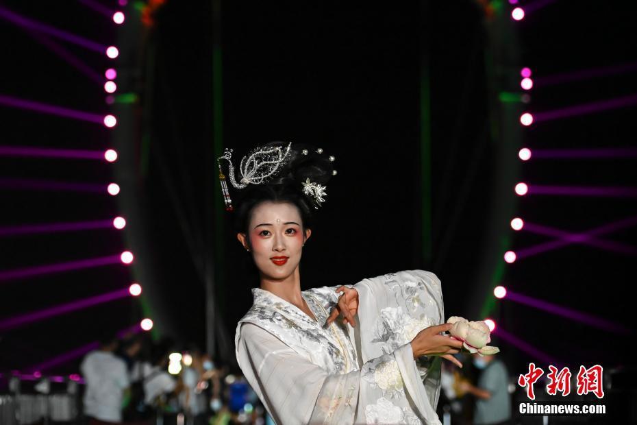 广东清远500米高空汉服秀吸引游客