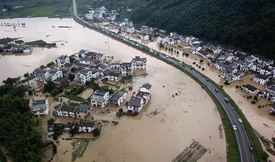安徽黄山:暴雨引发洪涝灾害 被困群众及时转移